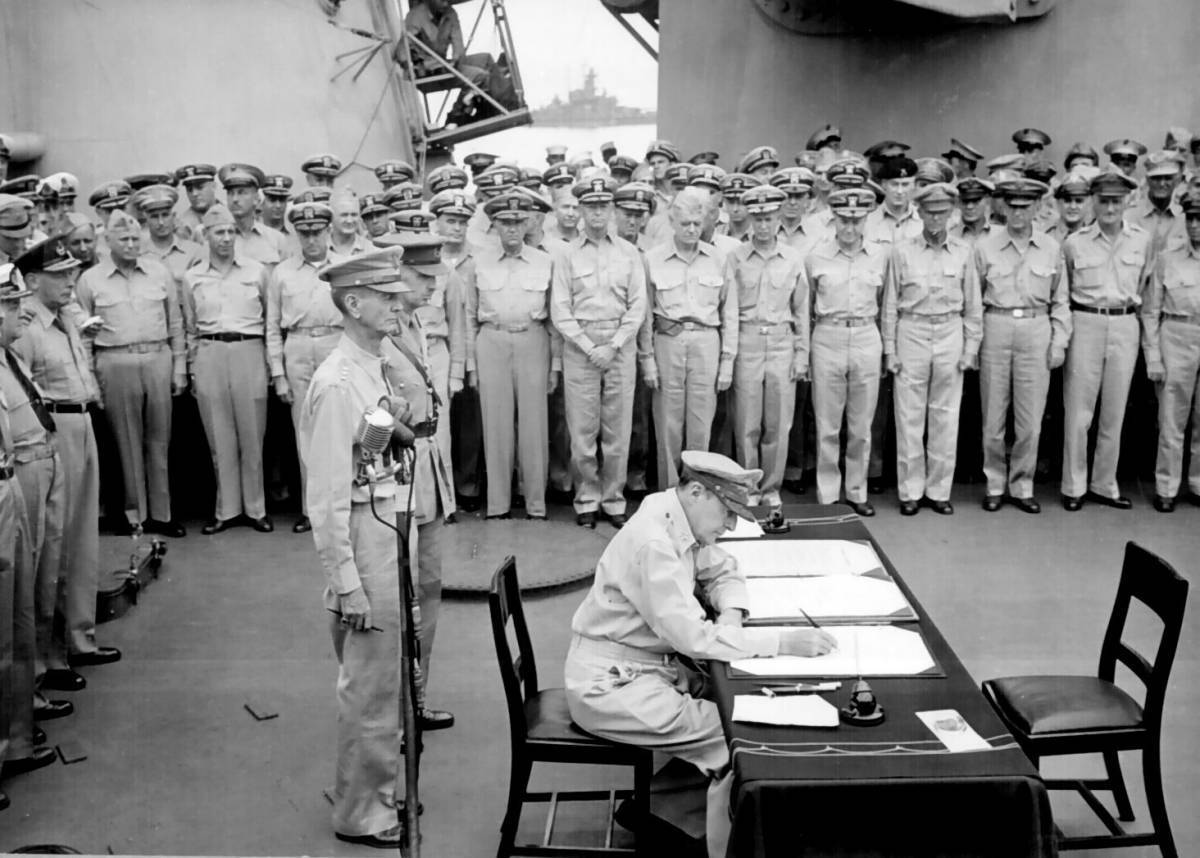 Douglas_MacArthur_signs_formal_surrender.jpg